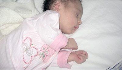 Bebeluș născut și abandonat pe câmp: ce pedeapsă riscă mama