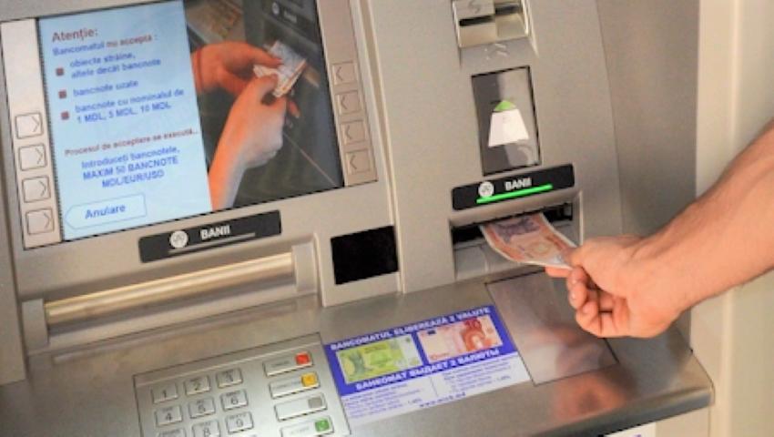 Un tată și fiul său au găsit bani într-un bancomat și i-au returnat poliției