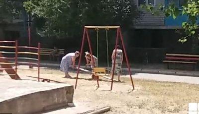 Teren de joacă pentru copii, distrus de trei femei în etate. Imaginile au revoltat publicul
