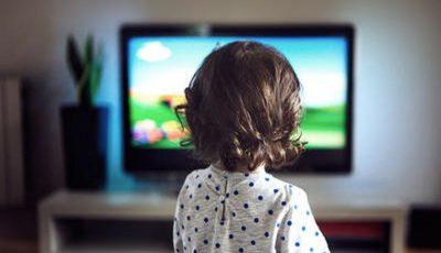 Un copil de 2 ani și-a închis mama pe balcon și s-a așezat la TV. Nici tatăl lui nu a putut intra în casă