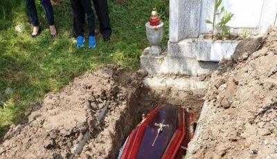 Scandal într-un cimitir, după ce rudele au deschis sicriul unui mort de Covid-19