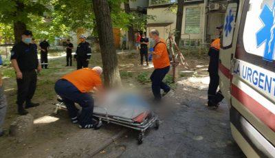 O tânără a căzut în gol de pe acoperișul unui bloc din centrul Capitalei. Ce spun martorii?