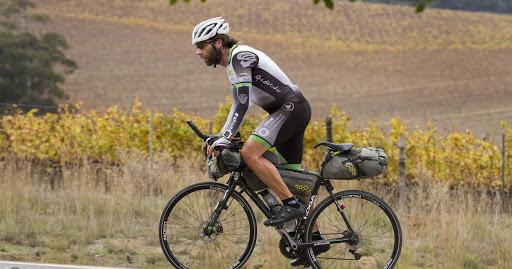 Un student a mers cu bicicleta 48 de zile ca să ajungă acasă, după ce toate zborurile au fost anulate