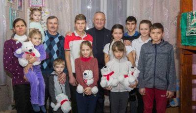 O familie cu 11 copii din raionul Fălești locuiește într-o casă mică cu două camere