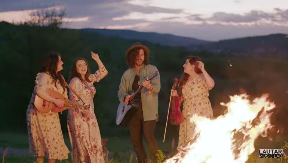 """Foto: Pasha Parfeni și Trio Vatra Neamului au lansat un minunat videoclip la șlagărul ,,Chitara mea"""""""