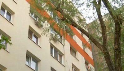 Un copil de doi ani a căzut de la etajul 5 al unui bloc de locuit