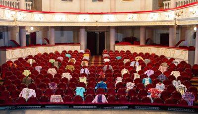 """Moment emoționant la Teatrul Național ,,Mihai Eminescu"""". Gestul actorilor!"""