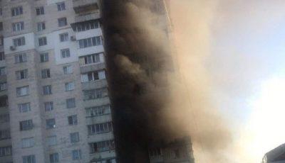 Incendiu violent în curtea unui bloc din Capitală