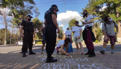 Tinerii care au scris cu creta în fața Ambasadei Republicii Belarus la Chișinău, au fost amendați