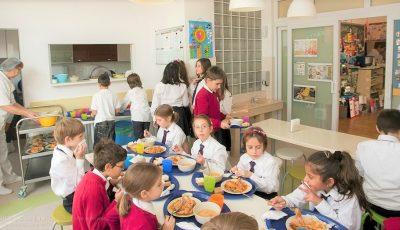 În prima săptămână de școală, elevii nu vor fi hrăniți, apoi vor primi mâncarea la pachet