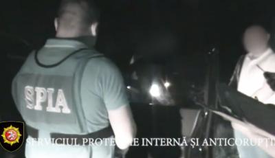 Un ofițer de poliție din Capitală a fost reținut în timp ce primea mită de 5.000 de euro