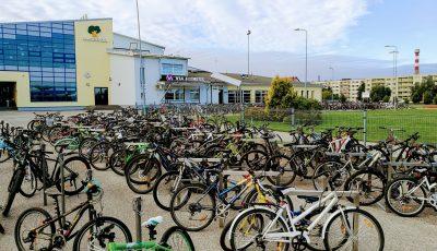 Prima zi de școală într-o localitate din Estonia. Circa o treime din copii au venit la scoală cu bicicleta sau cu trotineta