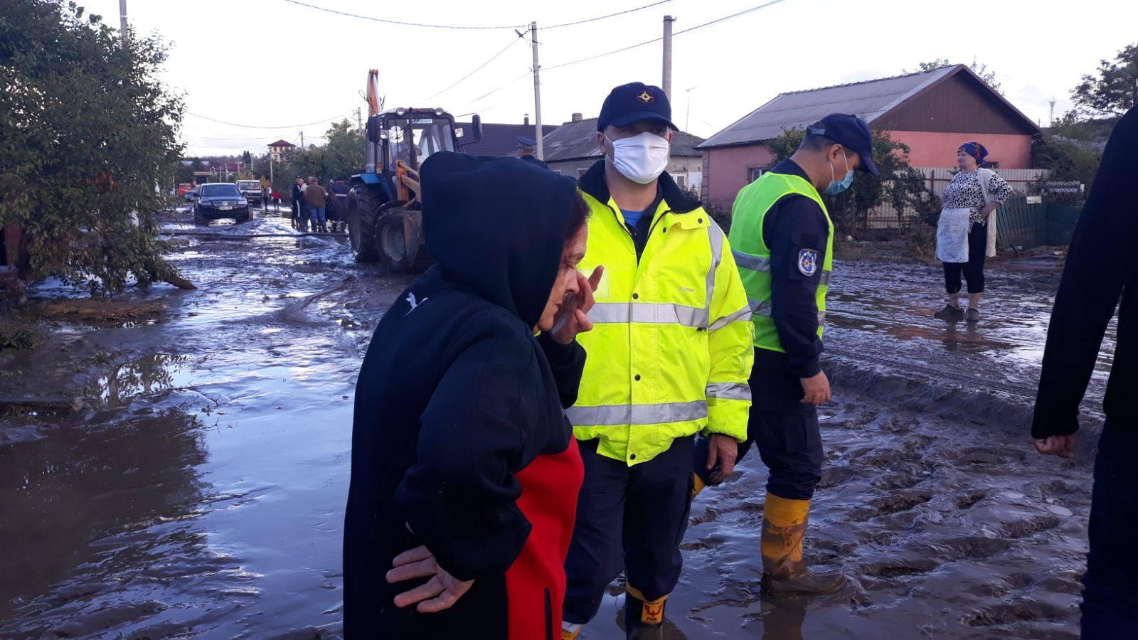 Oameni evacuați și locuințe înfundate în nămol. Imaginile dezastrului de ieri din Comrat, Leova, Cimișlia și Anenii Noi