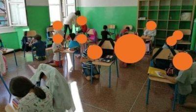 Italia: la o școală din Genova elevii scriu în genunchi și folosesc scaunul drept masă