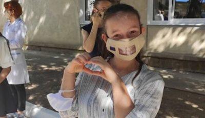 Copiii care suferă de hipoacuzie au primit un lot de măști speciale din partea delegației UE la Chișinău