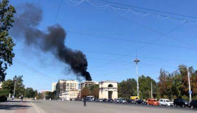 Incendiu puternic la un bloc din centrul Capitalei. Fum dens și negru