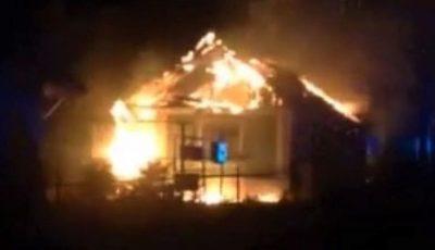 Video. Incendiu de groază la Soroca. Un bărbat și-ar fi dat foc la casă