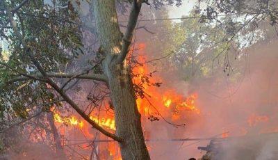 Incendiu în Capitală. O casă de locuit a fost distrusă în totalitate