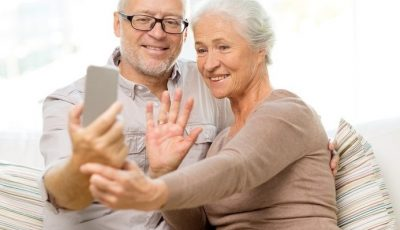 Vârstnicii din 10 localități vor primi telefoane mobile și vor învăța să comunice online