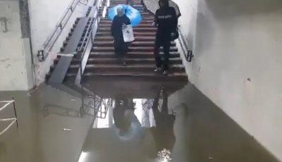 Foto. Un pasaj subteran din capitală, inundat în totalitate în urma ploii