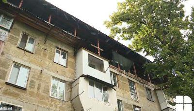 La fiecare ploaie, locătarii unui bloc din capitală stau cu umbrele în apartamente