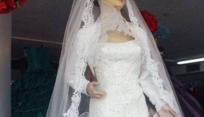 O mireasă moartă, mușcată de un păianjen în ziua nunții, stă în vitrina unui magazin