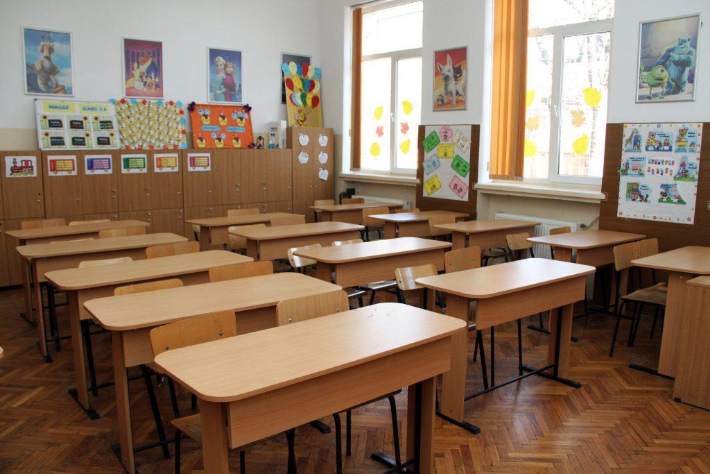Foto: Un liceu din Dochia s-a închis. 8 profesori au Covid-19