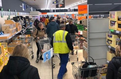 Britanicii au năvălit iarăși să cumpere hârtie igienică. Cozi uriașe în parcările magazinelor