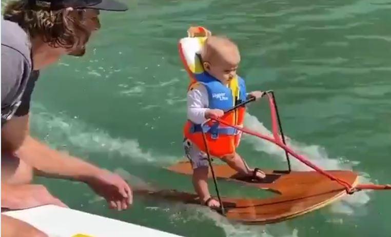 Foto: Video. Un copil de 6 luni a intrat în Cartea Recordurilor