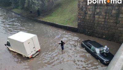 Potop în Chișinău. Mașini inundate și apă până la brâu