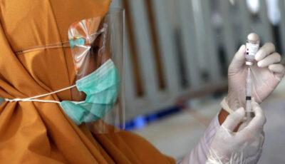 Marea Britanie face primele studii cu infectare deliberată: mai mulți voluntari acceptă să fie infectați după vaccinarea cu Covid-19