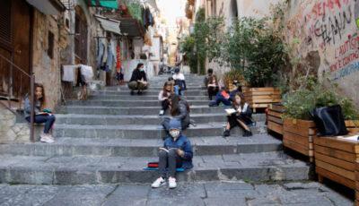 Italia: străduțe înguste dintr-un cartier, transformate în săli de clasă