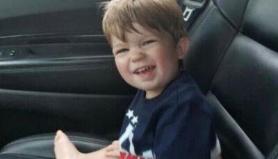 Un copil de 2 ani a murit. A fost lăsat în mașină de mama sa, care a mers la o serată