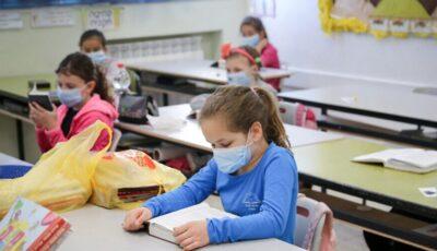 Petiție: părinții sunt împotriva purtării măștilor de către elevi la ore