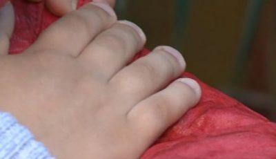 Un copil de 3 ani a ajuns în stare gravă la spital după ce un dulap a căzut peste el