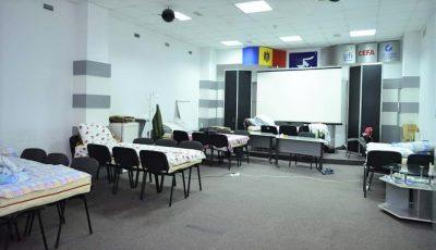 Paturi din scaune pentru medici și alte 110 locuri pentru pacienți, la un spital din Chișinău