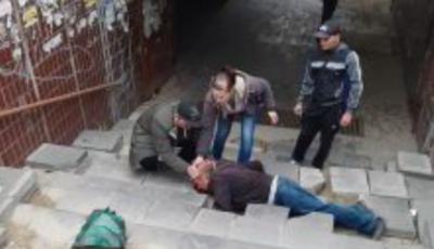 Un bărbat și-a spart capul pe scările unei subterane din Capitală