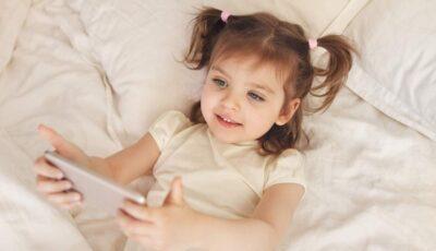 O fetiţă de 2 ani a trimis poze nud ale mamei sale tuturor contactelor din telefon