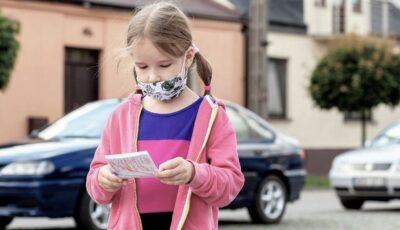 """Fetiţă de 8 ani, abandonată de părinţi la o benzinărie pentru că """"nu e ascultătoare"""""""