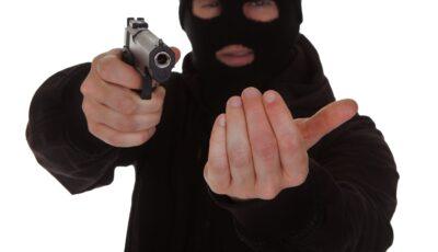 Jaf armat la o companie de creditare din Chișinău: un individ cu o cagulă pe cap a furat 300.000 de lei, amenințându-i pe angajați