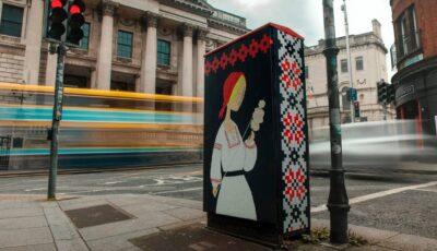 """""""Femeia care toarce dorul de casă"""". O lucrare inedită este în centrul atenției în Dublin"""