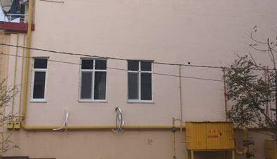 Foto. În Chișinău, un moldovean și-a instalat geamuri pe peretele lateral al blocului nou construit