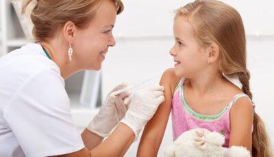 Copiii vaccinați împotriva rujeolei și oreionului se îmbolnăvesc mai rar de Covid-19, potrivit unor studii recente