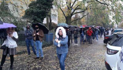 Coadă la secția de votare din Berlin: Moldovenii stau în rând pe ploaie pentru a vota