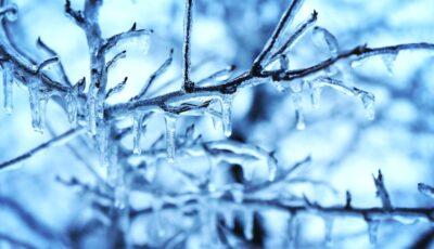 Temperaturile scad simțitor! Duminică vor cădea primii fulgi de zăpadă