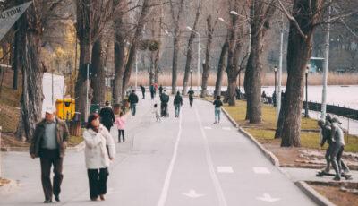 Este interzisă aflarea în grupuri mai mari de 3 persoane, în parcuri, pe străzi și alei publice