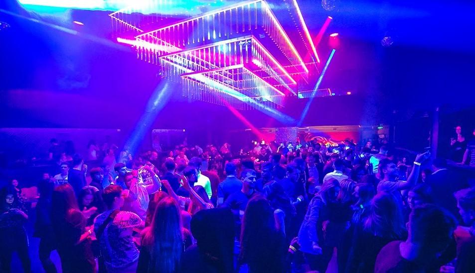 Foto: Aglomerație mare în cluburi: sute de tineri s-au bucurat de ultima seară de dans