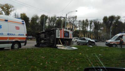 Accident în Capitală: o ambulanță s-a răsturnat. Sunt răniți