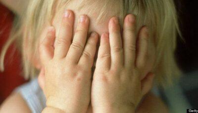 O fetiță de 3 ani a fost uitată de părinți într-un troleibuz din Chișinău