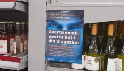"""Mesajul în limba română, afișat într-un hypermarket din Londra. """"Avertisment pentru hoții din magazine"""""""